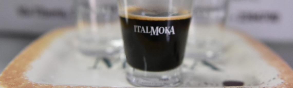 Il miglior modo di bere il caffè è con la tazzina di porcellana o con il bicchierino in vetro?